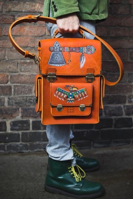 Мужские кожаные сумки Dominator:  брутальный винтаж, разрисованный выжигателем.