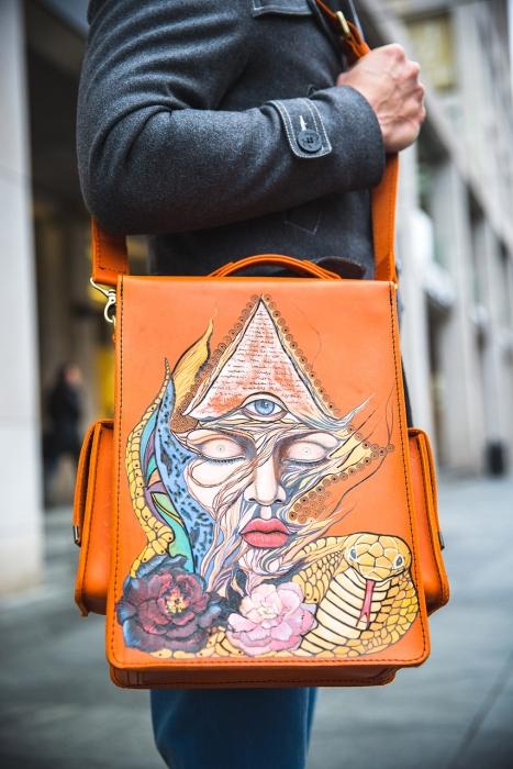 Мужские кожаные сумки Dominator:  брутальный винтаж, разрисованный с помощью выжигателя