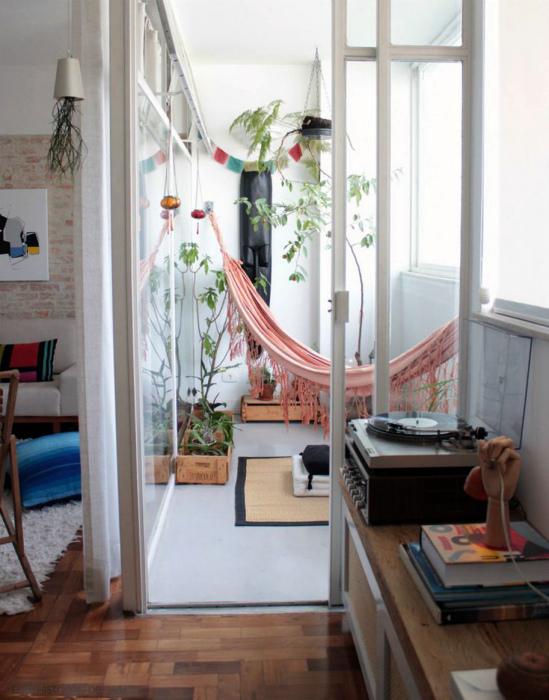 Небольшой балкон с гамаком. | Фото: Dizbook.