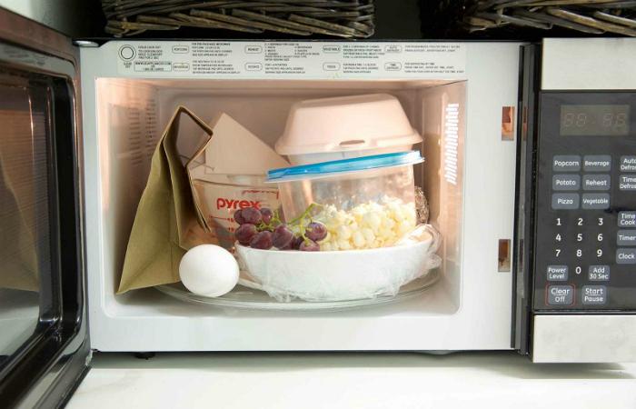 Предметы и продукты, которые нельзя подогревать в микроволновке.