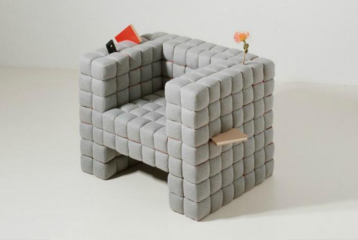 Мягкое кресло серого цвета.