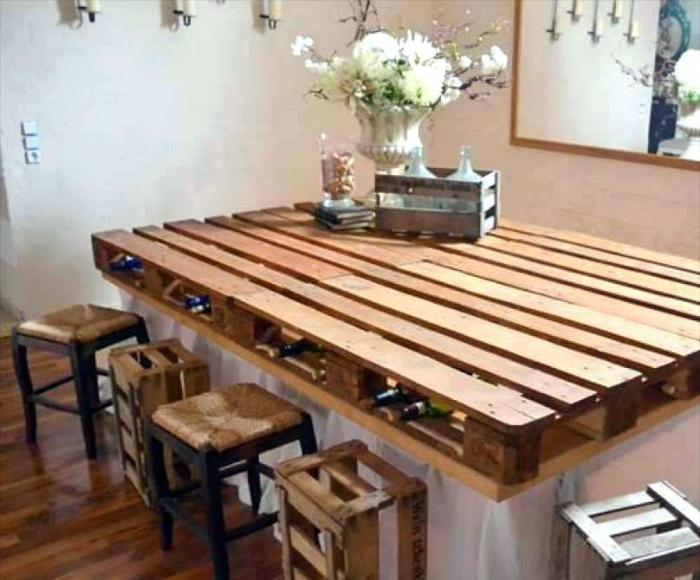 Стол с отсеком для хранения бутылок. | Фото: DIY & Crafts.