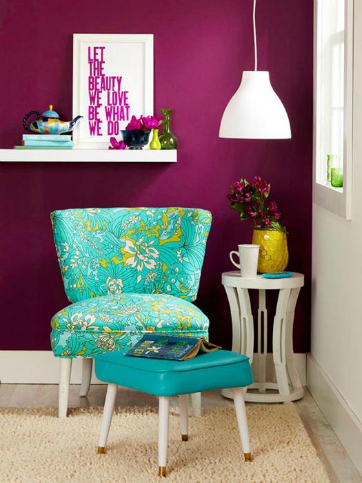 Гостиная в бело-фиолетовых тонах.