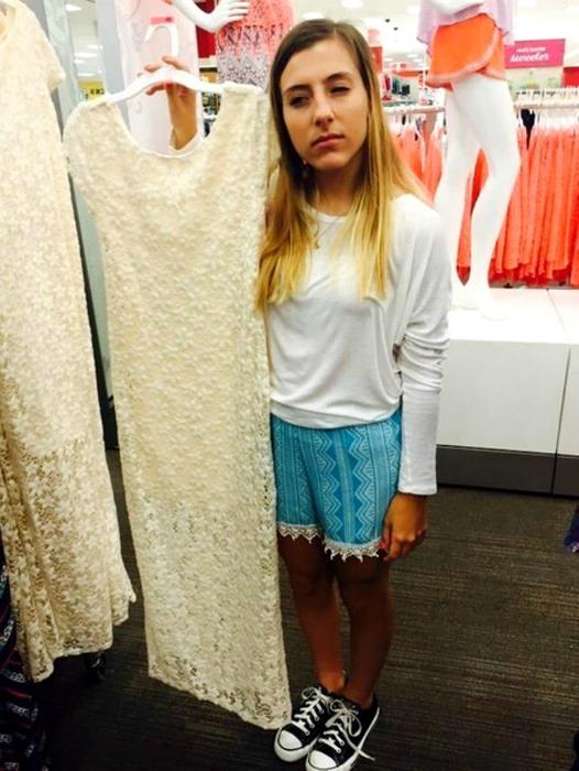 Девушкам небольшого роста практически невозможно найти платье по размеру, так как оди слишком длинные.