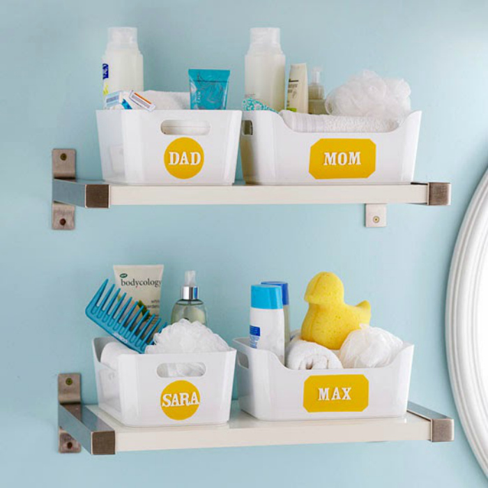 Сортировка вещей в ванной комнате.