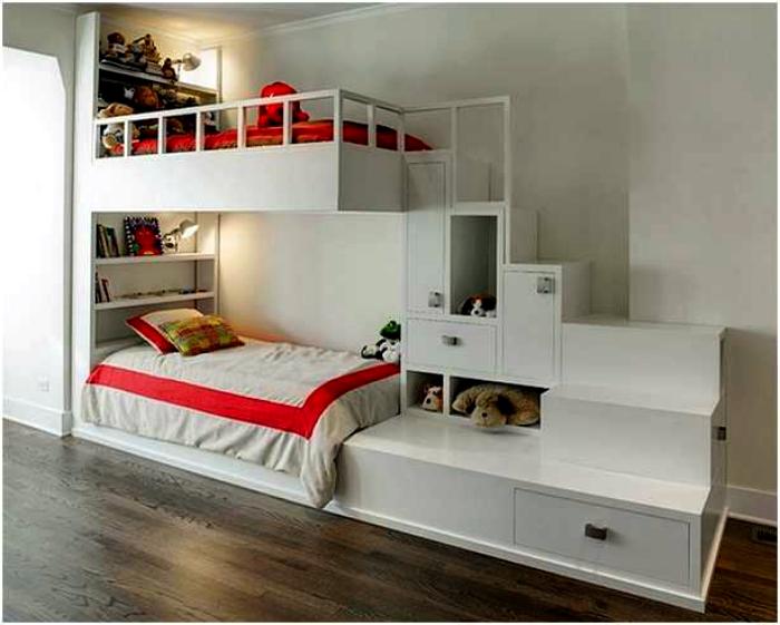 Двухъярусная кровать с полками и ящиками.