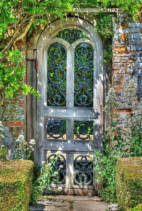 Калитка в виде старинной двери.