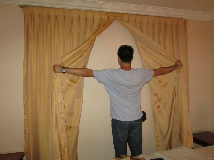 «Если есть шторы, должно быть и окно, логично? Но нет!»