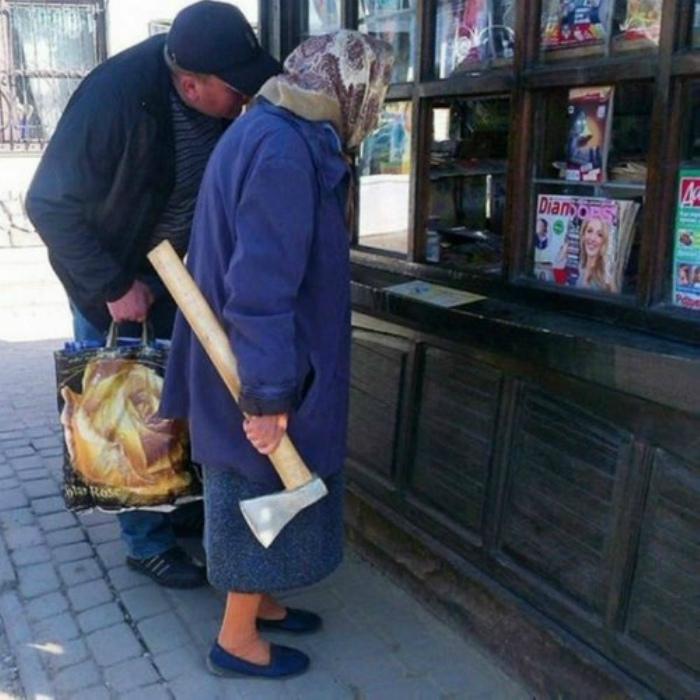 По мнению Novate.ru, с этой бабулей лучше не шутить! | Фото: ЯПлакалъ.