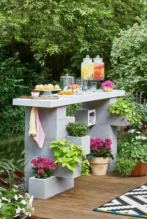 Компактный цветущий столик. | Фото: Better Homes and Gardens.