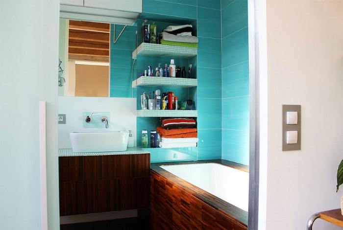 Стильная ванная с бирюзовой плиткой.
