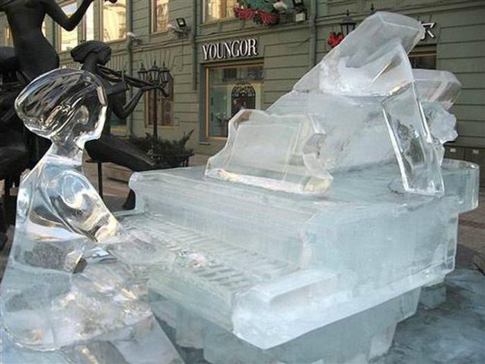 Потрясающая ледовая композиция, изображающая пианиста, играющего на рояле.