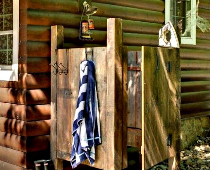 Деревянный душ в стиле кантри.