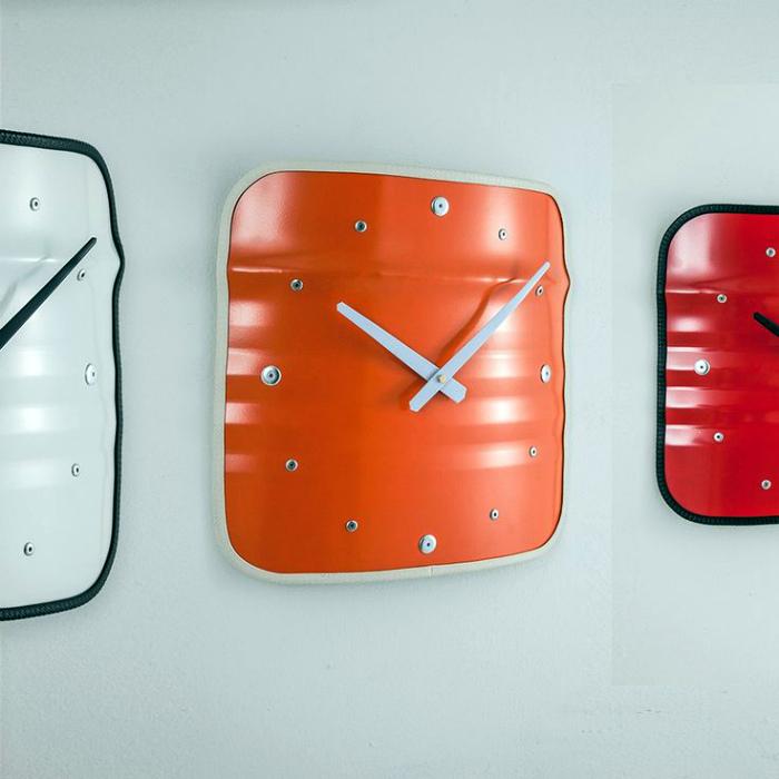 Яркие настенные часы.