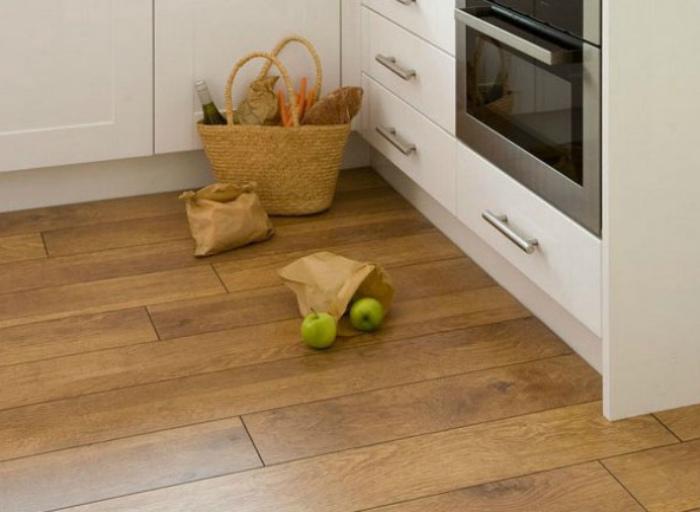 Укладка ламината на кухне. | Фото: Hundred worries.
