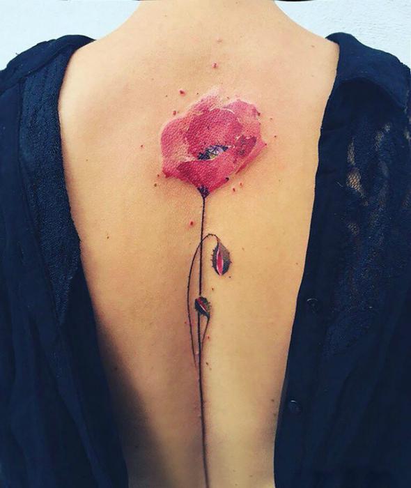 Татуировка с изображением цветка мака.