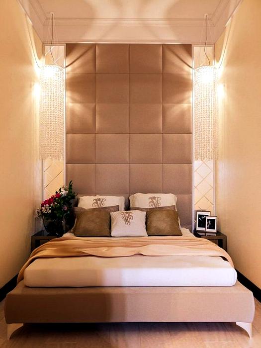 Крошечная спальня с мягкими панелями.