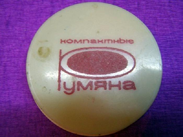 Упаковка компактных румян.