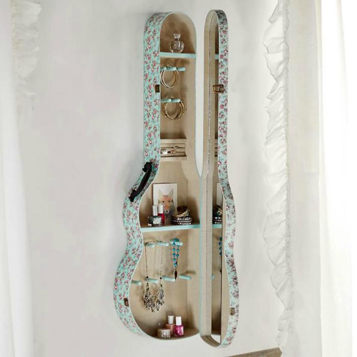 Шкафчик из чехла от гитары.