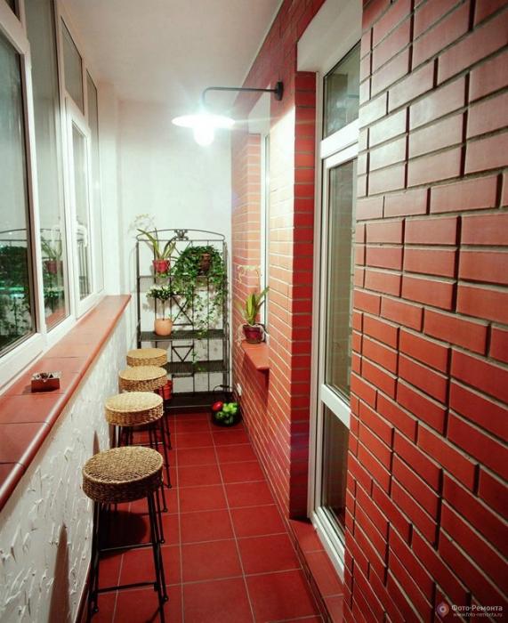Освежить балкон можно просто покрасив стены в насыщенный цвет.