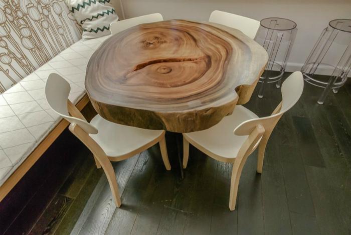 Обеденный стол из огромного спила.