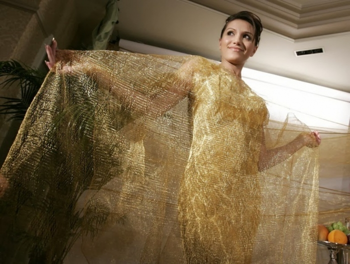 Платье и накидка сплетены из множества тонких золотых проволок.