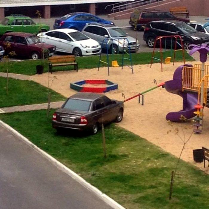 На газончики детской площадки - в лучших традициях жанра.