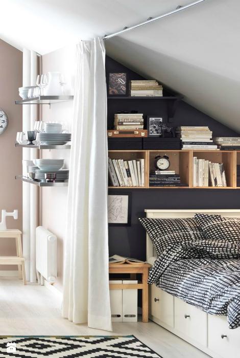 Мансардная комната со спальным уголком.