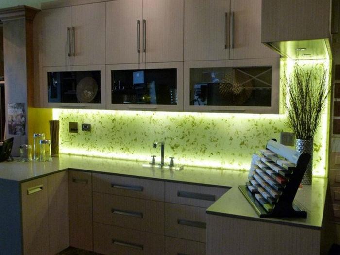 Многоуровневое освещение кухни. | Фото: julishop.co.