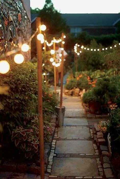 Гирлянды из лампочек вдоль дорожек.