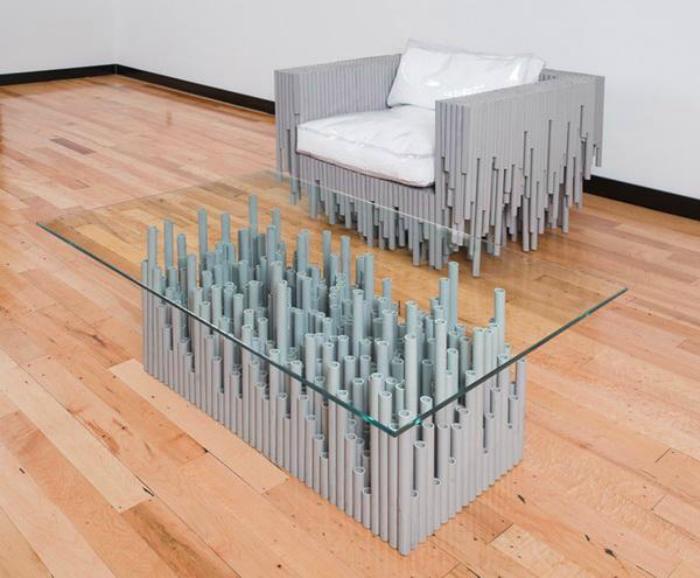 Кресло и журнальный столик.