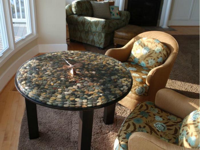 Каменный декор стола.