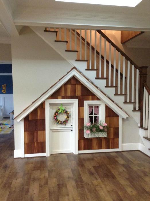 Детский домик под лестницей.
