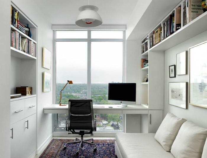 Светлое рабочее место у окна.