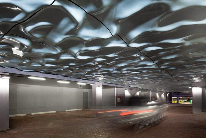 Подвесной потолок из волнистых плит.