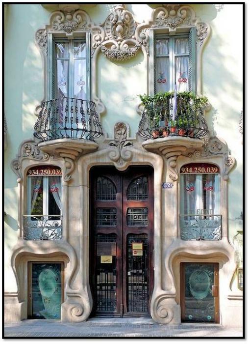 Окна, украшенные потрясающей ковкой и лепниной. Барселона, Испания.