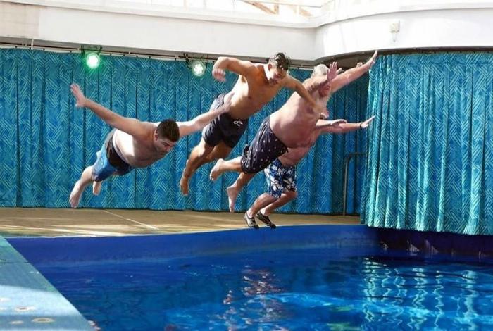 Чемпионат по прыжкам в бассейн на живот. | Фото: fishki.net.