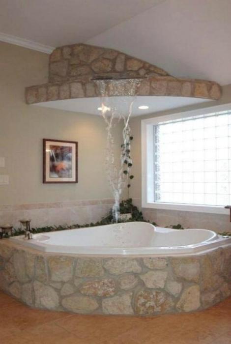 Каменная ванна, стилизованная под водопад.