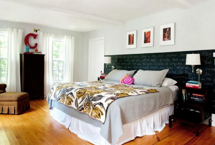 Грифельная доска в изголовье кровати - отличный вариант декора молодежной спальни.
