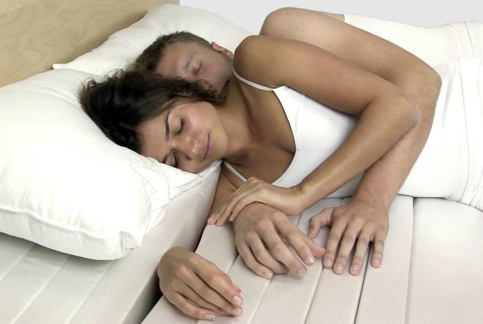 Матрас с прорезями от компании Cuddle Mattress для самого комфортного сна двух влюбленных людей, которые любят обниматься.