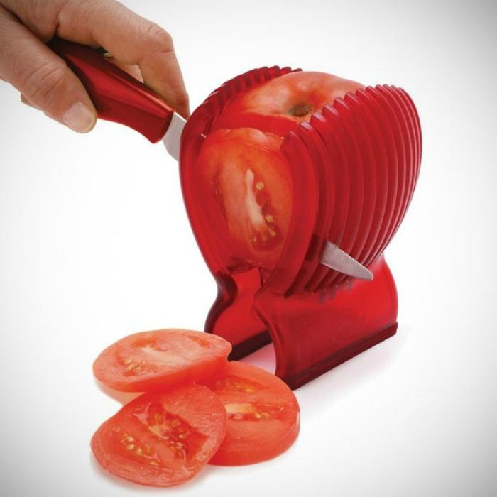Приспособление, которое поможет идеально нарезать помидоры.