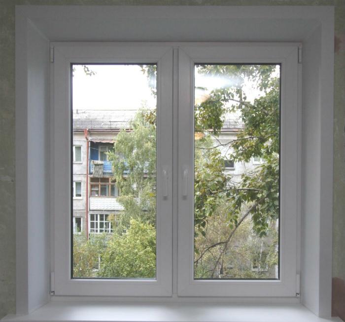 Белые рамы металлопластиковых окон.