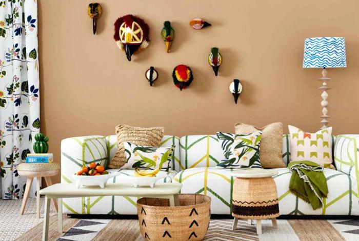 Гостиная в тропическом стиле с этническим декором.