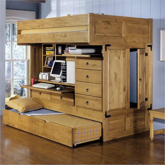 Конструкция с двумя кроватями, шкафом и рабочим столом.