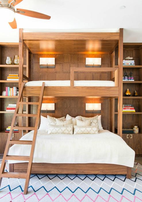 Небольшая спальня с большой двухэтажной кроватью.