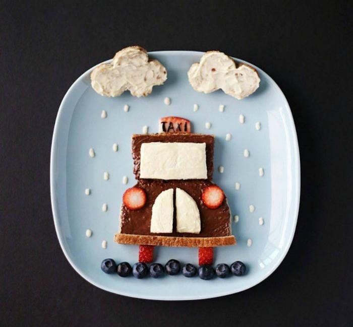 Десерт в виде такси из хлеба, намазаного шоколадной пастой и фруктов.