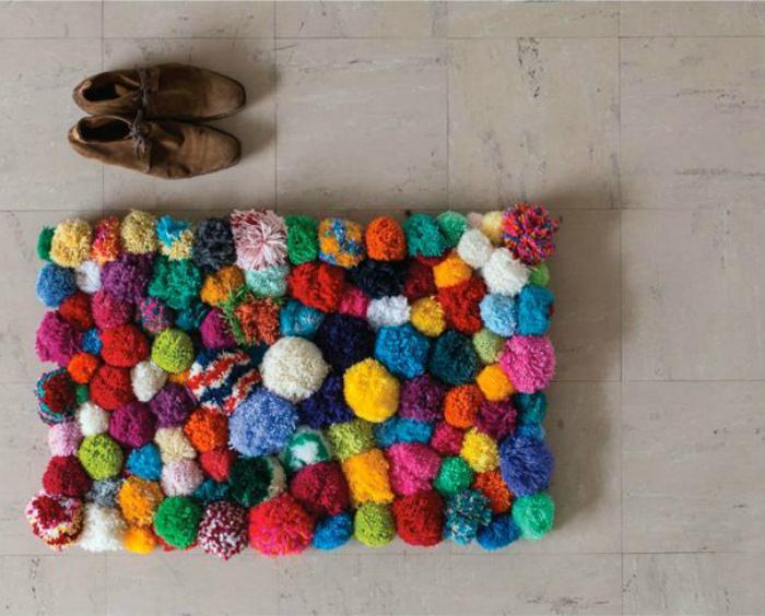 Яркий пушистый коврик.