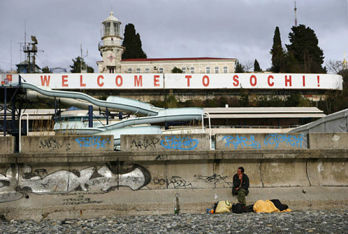 Сочинские бомжи встречают гостей города.
