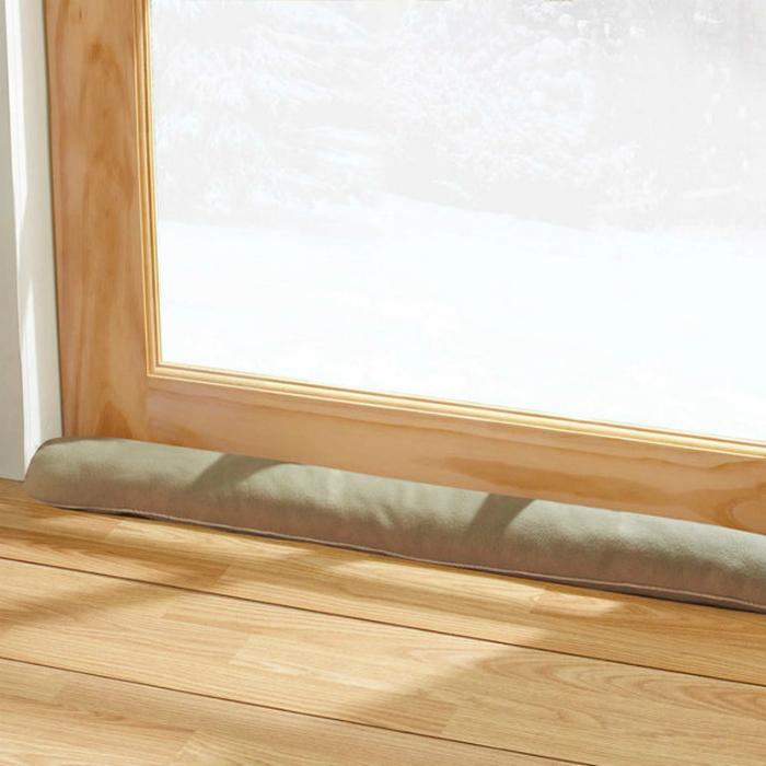 Еще один бюджетный способ защитить жилье от сквозняков - закрыть щели у дверей и окон теплыми пледами или старыми полотенцами.