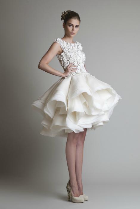Белое короткое платье с многослойной юбкой.